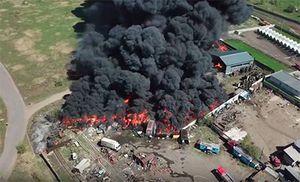 Над Железногорском поднялся столб черного дыма от горящего склада шин