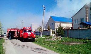 В Шебекино два пожарных расчета тушили горящий дом