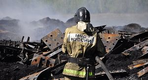 В Железногорске неделю не могут потушить склад со старыми покрышками
