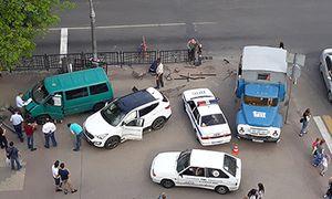 В Курске микроавтобус снес светофор и едва не раздавил пешеходов