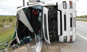 В Липецкой области на трассе перевернулась фура, пострадали мужчина и ребенок