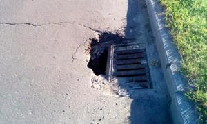 Курян предупредили об огромной яме от ливневки