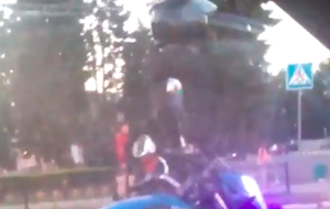 В Ельце танцующий мотоциклист развеселил ельчан, видео