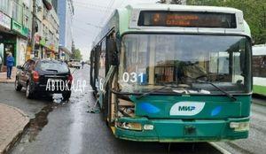 На улице Радищева в Курске столкнулись Hyundai и троллейбус