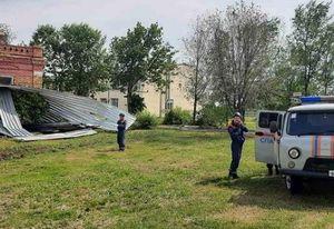 Ураган сорвал новую крышу ДК и кровлю с больницы в саратовском селе