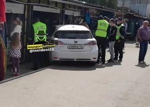 Два человека пострадали в результате наезда авто на рынке в Барнауле