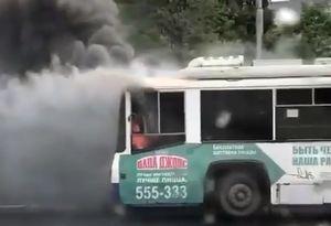 Троллейбус загорелся прямо на остановке в Кемерове