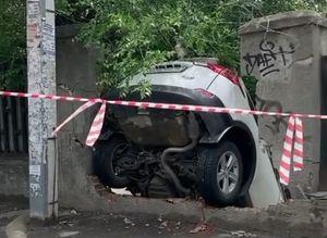 На Центральном рынке в Ростове водитель внедорожника пробила кирпичный забор