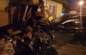 Иномарка разнесла магазин после ДТП на перекрёстке в Воронеже