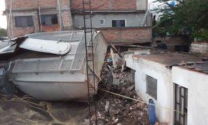 В Мексике грузовой поезд из 108 вагонов сошел с рельсов и врезался в жилые дома