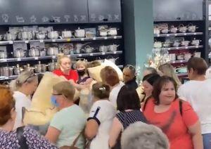 В Воронеже на открытии магазина женщины устроили драку из-за дешёвых подушек