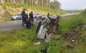 Один человек погиб и один ранен в перевернувшемся Hyundai в Свердловской области