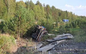 На Серовском тракте опрокинулся манипулятор с плитами, насмерть придавив водителя