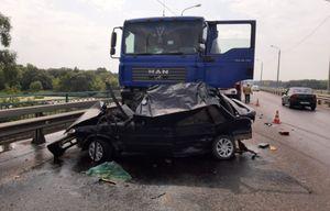 Водитель ВАЗа погиб в ДТП с грузовиками в Курской области
