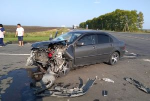 Две легковушки разбились на трассе в Саратовской области
