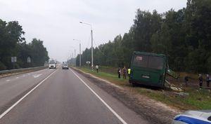 Рейсовый автобус снес столб и вылетел в кювет в Курской области