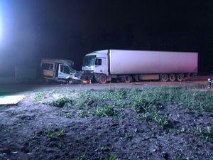 Семь человек пострадали в ДТП с участием микроавтобуса и грузовика в Новосибирске