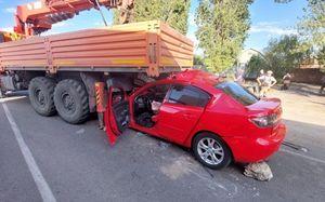 Один человек погиб и трое пострадали при столкновении легковушки и КАМАЗа под Воронежем
