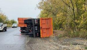 Грузовик опрокинулся и рассыпал гречку на дорожной развязке в Бийске