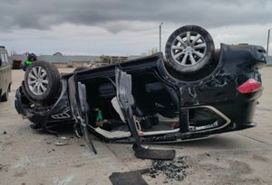 Автомобилистка на Infiniti протаранила ворота и перевернулась под Курском