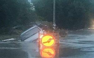 В Таганроге легковушка провалилась в дорожную яму