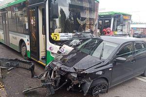 В Воронеже автобус протаранил иномарку, пострадала женщина