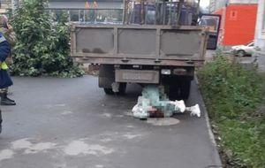 Водитель самогруза насмерть сбил женщину на тротуаре в Новосибирске