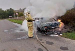 На трассе в Курской области загорелась легковушка