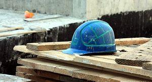 В Барнауле железобетонное кольцо упало на рабочего стройки